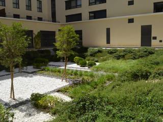 Coeur d'îlot n°17 - La Capelette: Bureaux de style  par Landscape Design Environnement