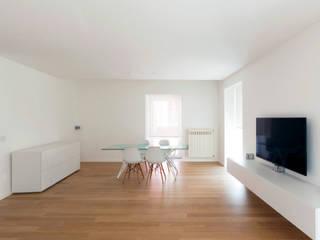 La casa di G: Sala da pranzo in stile in stile Minimalista di studio di architettura Antonio Giummarra