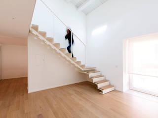 La casa di G: Soggiorno in stile in stile Minimalista di studio di architettura Antonio Giummarra