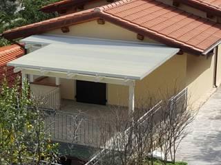 Luce a Marciana Marina Balcone, Veranda & Terrazza in stile mediterraneo di VIVERE IL FUORI Mediterraneo