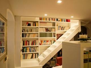 casa di Laura e Robert: Ingresso & Corridoio in stile  di enrico girardi architetto
