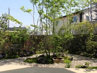 雑木を使った自然溢れる心安らぐ中庭: 株式会社 砂土居造園/SUNADOI LANDSCAPEが手掛けた庭です。