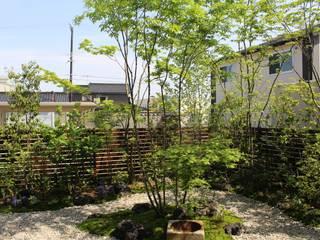 雑木を使った自然溢れる心安らぐ中庭: 株式会社 砂土居造園/SUNADOI LANDSCAPEが手掛けたリビングです。