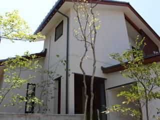 雑木が映えるモダンEXTERIOR: 株式会社 砂土居造園/SUNADOI LANDSCAPEが手掛けた家です。