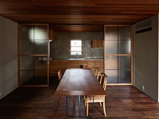 Modern Kitchen by 武藤圭太郎建築設計事務所 Modern Solid Wood Multicolored