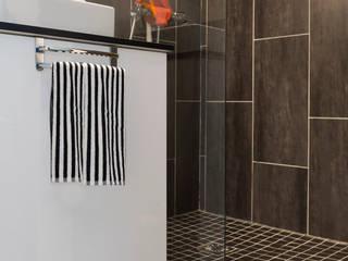 37m2 repensé comme un mini loft: Salle de bains de style  par Alguma Coisa Design