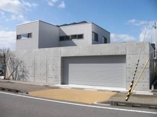 RCゲートが引き立つシンプルモダン: 株式会社 砂土居造園/SUNADOI LANDSCAPEが手掛けたガレージです。