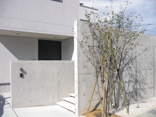 RCゲートが引き立つシンプルモダン: 株式会社 砂土居造園/SUNADOI LANDSCAPEが手掛けた家です。