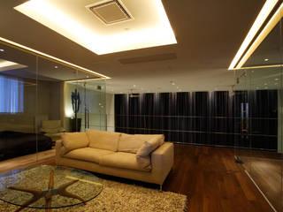 大通のペントハウス モダンスタイルの寝室 の mangekyo inc. モダン