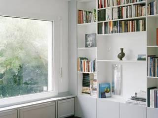 Transformation d'une maison Pully: Salon de style  par RAPHAEL DESSIMOZ ARCHITECTE