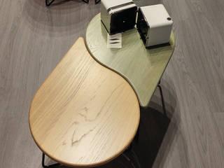 Tavolini Goccia a gocciA:  in stile  di MN product&interiordesigner