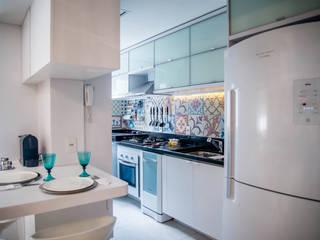 Kitchen by Studio Bene Arquitetura,