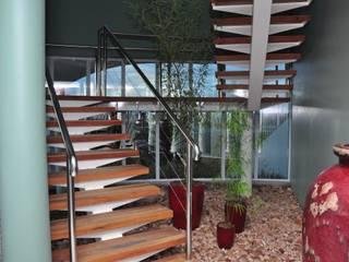 Modern Corridor, Hallway and Staircase by DERALDO CAMPOS ARQUITETURA & URBANISMO Modern