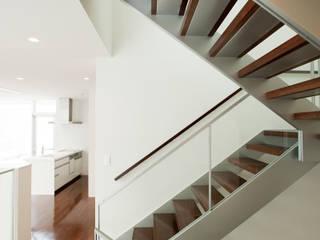 House E モダンスタイルの 玄関&廊下&階段 の mangekyo inc. モダン