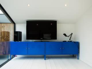 Rénovation d'un appartement de 45 m2 : Salon de style  par OSSACASA