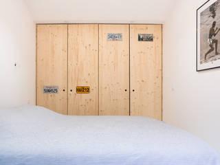 Rénovation d'un appartement de 45 m2 : Chambre de style  par OSSACASA