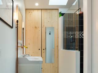 Rénovation d'un appartement de 45 m2 : Salle de bains de style  par OSSACASA