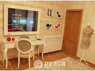 Zona de toucador, com tv, e moldura com espelho:   por Andreia Louraço - Designer de Interiores (Contacto: atelier.andreialouraco@gmail.com)