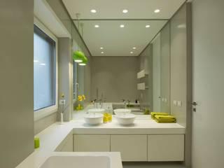Trastevere House: Bagno in stile in stile Minimalista di Arabella Rocca Architettura e Design