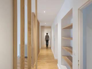 Réhabilitation d'un appartement en secteur sauvegarde: Couloir et hall d'entrée de style  par nine architectes