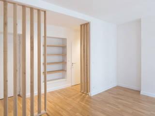 Réhabilitation d'un appartement en secteur sauvegarde: Salon de style de style Moderne par nine architectes