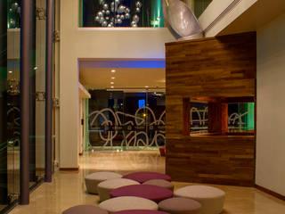 Pasillos y vestíbulos de estilo  de DIN Interiorismo ,