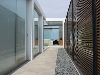 CASA BORA BORA Pasillos, vestíbulos y escaleras modernos de NIKOLAS BRICEÑO arquitecto Moderno