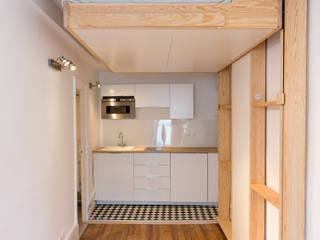 Studio à Paris – Rénovation complète – Optimisation d'espace: Cuisine de style  par mon concept habitation