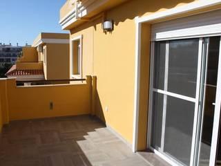 Reforma de Apartamento en Dénia Gestionarq, arquitectos en Xàtiva Balcones y terrazas de estilo moderno Arenisca Amarillo