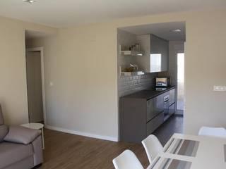 Reforma de Apartamento en Dénia Gestionarq, arquitectos en Xàtiva Comedores de estilo moderno Blanco