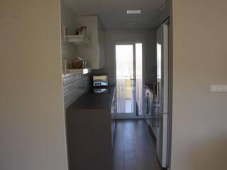Reforma de Apartamento en Dénia Gestionarq, arquitectos en Xàtiva Cocinas pequeñas Azulejos Blanco