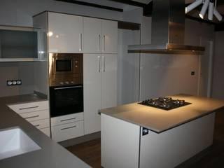 Garaje convertido en vivienda: Cocinas de estilo  de Gestionarq, Coop. V.