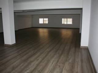 Garaje convertido en vivienda: Salones de estilo  de Gestionarq, Coop. V.