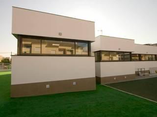 CENTRO DE EDUCACIÓN INFANTIL EN MAIRENA DEL ALJARAFE: Escuelas de estilo  de Altozano Arquitectura