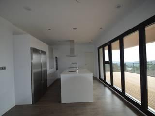 Casa BioPasiva de 230m2 con estructura de madera - Consumo casi nulo Cocinas de estilo mediterráneo de Habitar Natural 100x100madera, SL Mediterráneo
