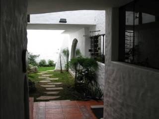 VIVIENDA BIFAMILIAR: Jardines de estilo colonial por Antonio Milla De León Arquitecto