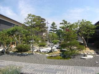 純和風な回遊式日本庭園: 株式会社 砂土居造園/SUNADOI LANDSCAPEが手掛けた庭です。