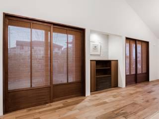 素材感と性能を両立する平屋住宅 和風デザインの リビング の オーガニックスタジオ兵庫株式会社 和風