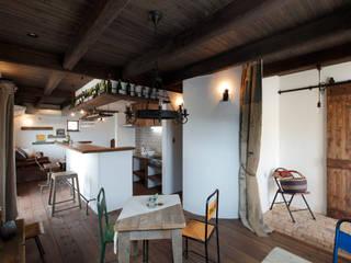 バーカウンターのある漆喰と木のぬくもりを感じる家 ラスティックデザインの リビング の アンティークな新築住宅 ラフェルム ラスティック
