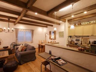 Ruang Keluarga Gaya Rustic Oleh アンティークな新築住宅 ラフェルム Rustic