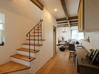 Pasillos y hall de entrada de estilo  por アンティークな新築住宅 ラフェルム