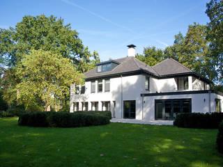 Villa in 't Gooi: moderne Huizen door Designa Interieur & Architectuur BNA