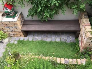 小さな宝箱のような庭。: アトリエ心庭が手掛けた折衷的なです。,オリジナル