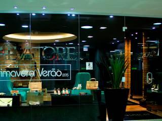 Salvatore Sapataria Lojas & Imóveis comerciais modernos por Tumelero Arquitetas Associadas Moderno