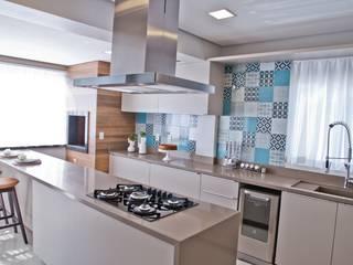Cocinas de estilo moderno de Tumelero Arquitetas Associadas Moderno