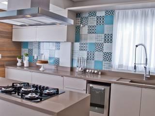 ห้องครัว โดย Tumelero Arquitetas Associadas, โมเดิร์น