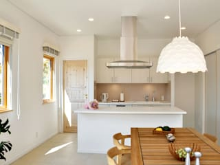 シンプルなデンマークキッチンが主役の広々空間: 株式会社 ヨゴホームズが手掛けたキッチンです。