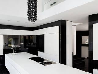Cocinas de estilo moderno de LEE+MIR Moderno