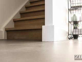 Woonbeton | Wooden stairs:  Gang en hal door Zilva Vloeren