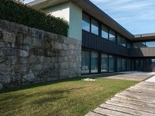 Casas em Palmeira - Santo Tirso, Portugal:   por Ricardo Azevedo Arquitectos